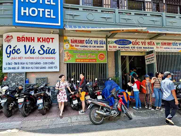 Bánh khọt gốc vũ sữa là một trong những địa điểm ăn trưa ngon tại Vũng Tàu được nhiều thực khách yêu thích