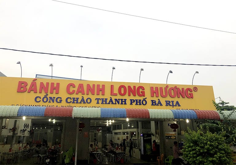 Cùng bạn bè hoặc gia đình thưởng thức món bánh canh Long Hương ngay tại cổng chào thành phố Bà Rịa