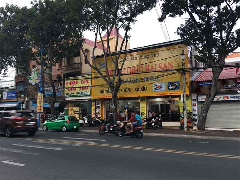 Ghé đến quán Nhật Phát tọa lạc tại số 71 đường Hoàng Hoa Thám để dùng món cơm gà xối mỡ cho bữa ăn trưa