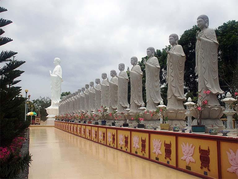 Chùa Đại Tòng Lâm nổi tiếng với ngôi chùa có hàng trăm pho tượng lớn nhỏ khác nhau được xác lập vào kỷ lục Việt Nam