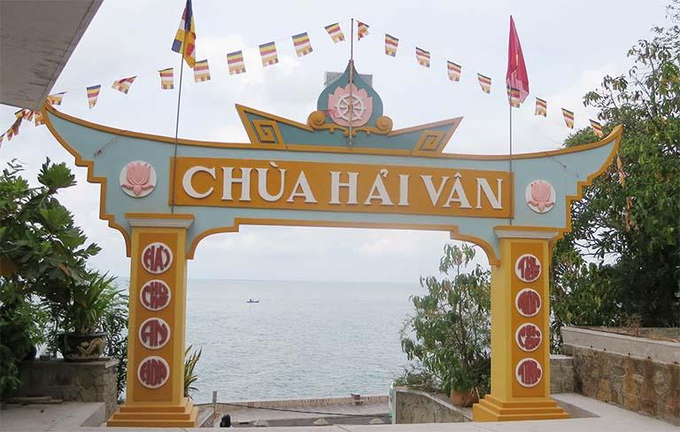 Chùa Hải Vân nằm trên sườn núi, có cảnh quan trông ra biển lớn