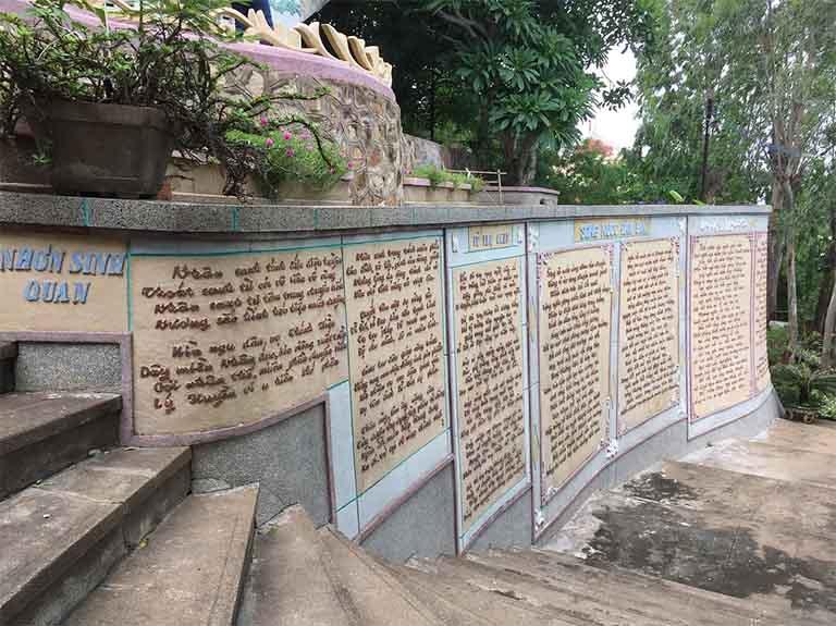 Quanh chùa Hải Vân là các bài thơ và lời Phật dạy