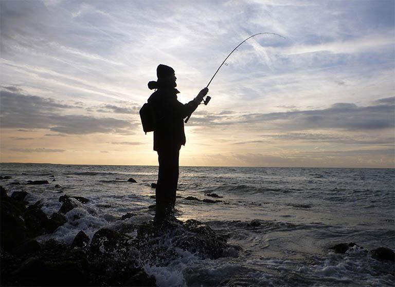 Bạn sẽ cảm nhận được sự bình yên và không gian yên tĩnh khi câu cá tại các vùng biển