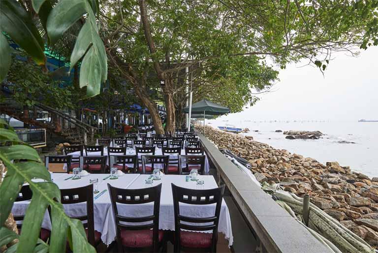 Nhà hàng Gành Hào nổi tiếng với món hào sống thơm ngon và nhiều món hải sản khác mang đậm hương vị biển
