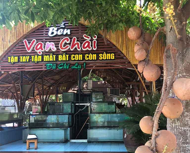 Nhà hàng Vạn Chài chuyên phục vụ cho thực khách các món hải sản tươi sống