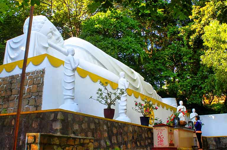 Tượng Đức Phật nằm trên bục bê tông cao 2.5m tượng trưng cho Thập Nhị Nhân Duyên