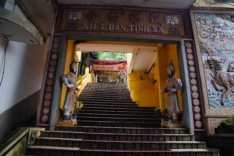 Hai bức tượng gác cổng Niết Bàn Tịnh Xá đại diện cho Thần Thiện và Thần Ác