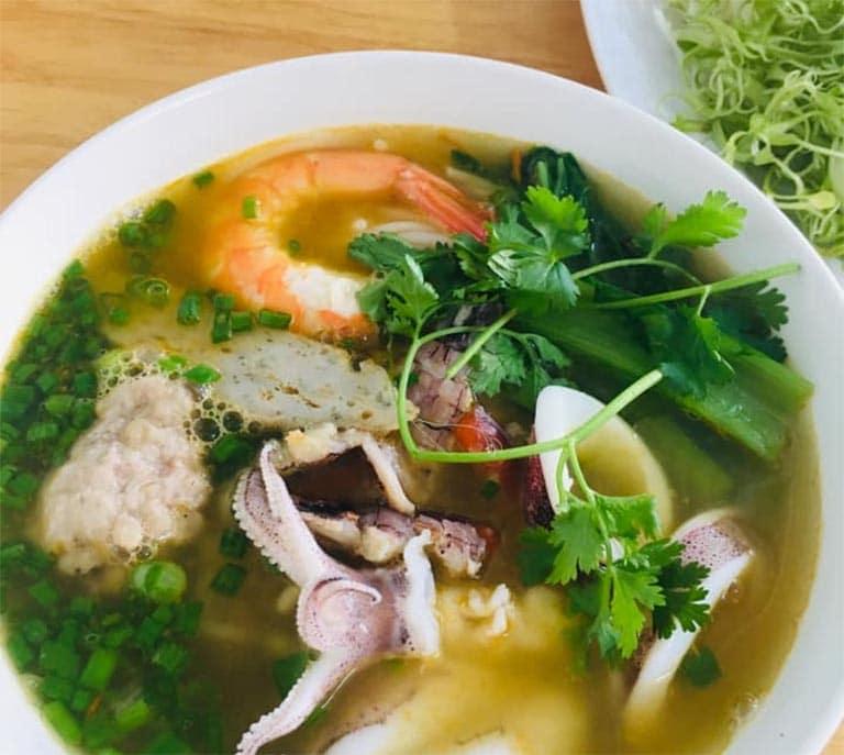 Bún hải sản bề bề Lộc Dương Quán là địa điểm ăn sáng ngon ở Vũng Tàu