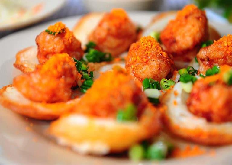 Bánh khọt Dì Khương không chỉ thơm ngon mà còn có giá bình dân, phù hợp với túi tiền của nhiều thực khách
