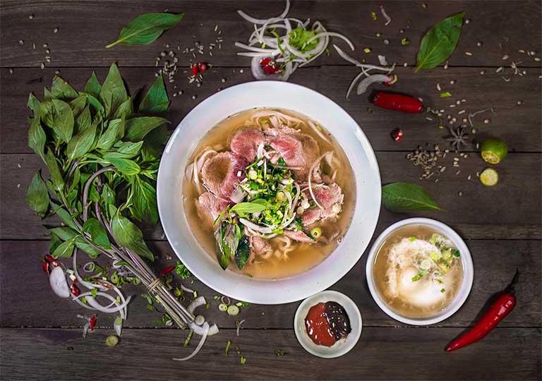 Cùng gia đình hoặc bè bạn thưởng thức món Phở Bình tọa lạc tại đường Trần Đồng