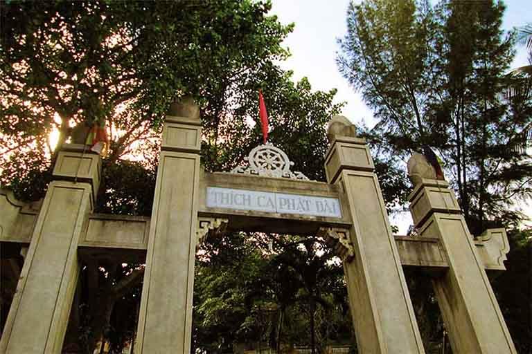 Cổng chào của chùa Thích Ca Nhi Phật hướng ra đường Trần Phú
