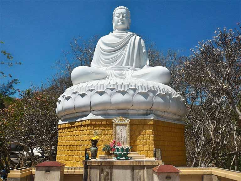 Bức tượng của Đức Phật Thích Ca Mâu Ni tọa thiền trên đài sen