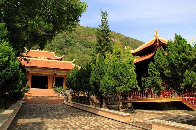 Thiền Viện Chơn Không sở hữu nền kiến trúc đồ sộ bao gồm nhiều tòa tháp, chuông,...