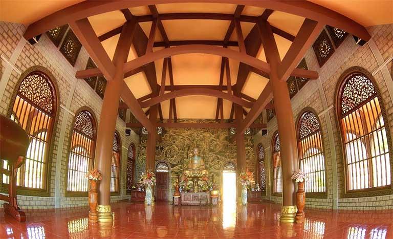 Du khách không chỉ đến Thiền viện Trúc Lâm Chân Không để cầu bình an mà còn nghe thuyết giảng