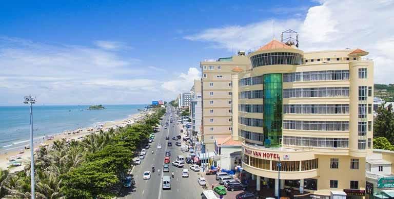 Khách sạn Thùy Vân có vị trí gần bãi Sau, thuận tiện cho khách du lịch tắm biển