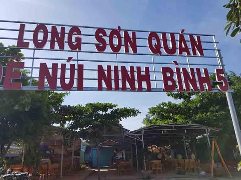 Quán Long Sơn chuyên phục vụ các món đặc sản từ dê núi